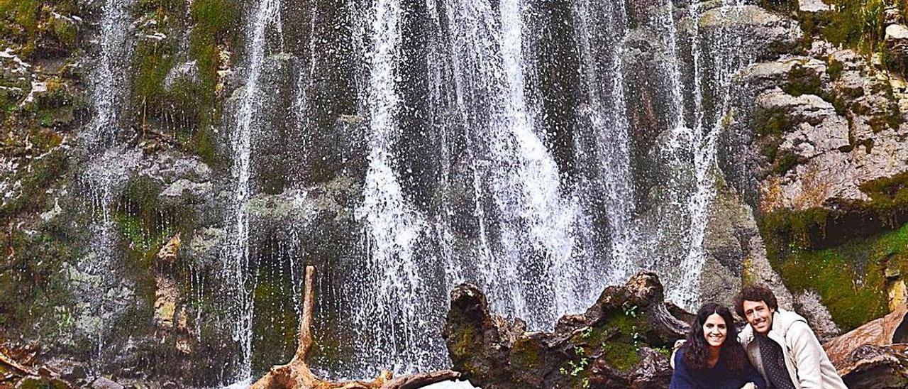 Dos visitantes, en la cascada allerana de Xurbeo. | Ana Paz Paredes