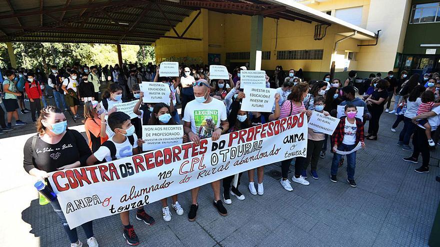 """Padres de O Toural, en Vilaboa, salen a la calle contra el """"abandono"""" de los colegios del rural"""