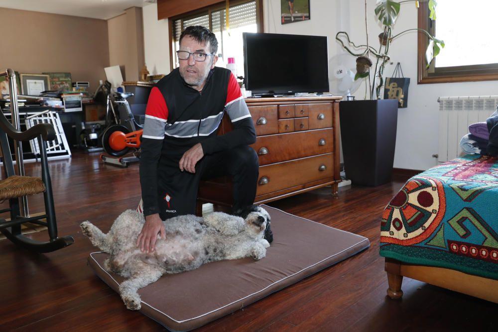 El atleta, en la sala donde tiene los aparatos de gimnasia, con su perra Blanca, embarazada
