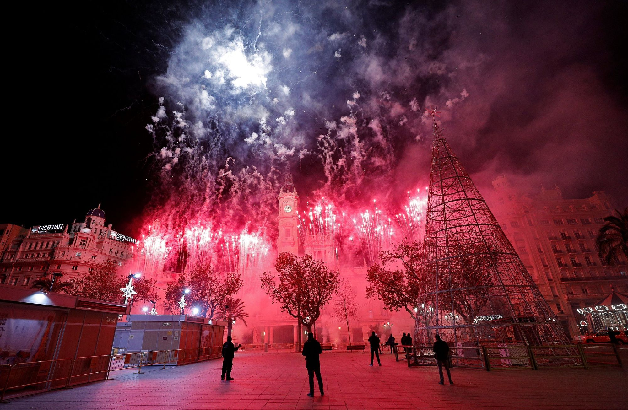 Castillo de fuegos artificiales en la Plaza del Ayuntamiento de València