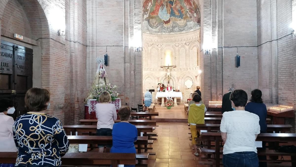 Toresanos participan en una de las misas oficiadas el pasado año durante la fiesta del Cristo
