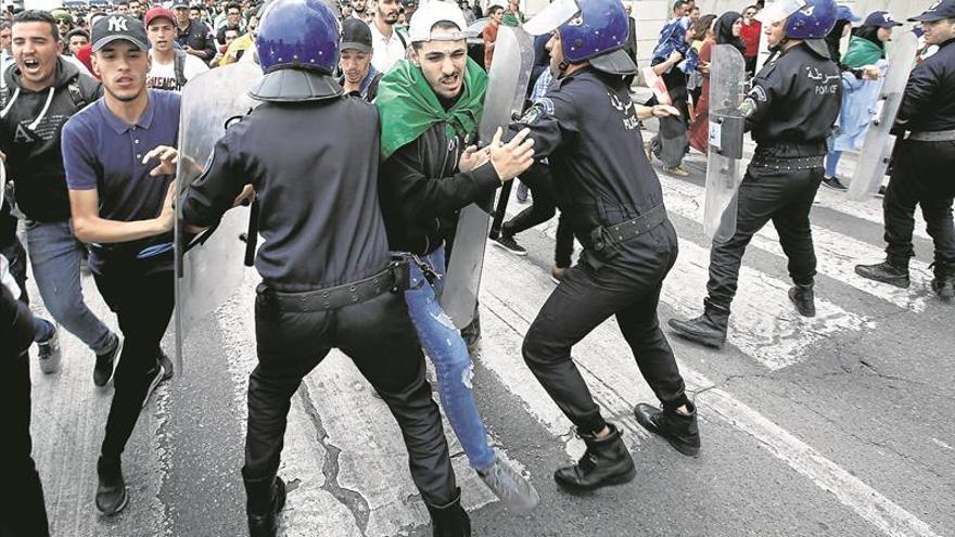 La protesta argelina persevera en las calles para dar un vuelco al país