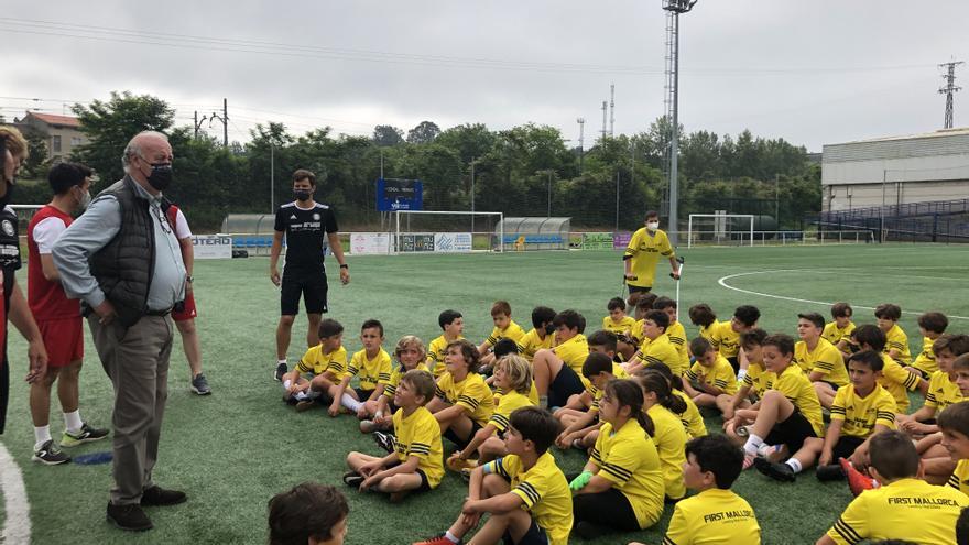 Del Bosque emociona en Noreña con sus clases de fútbol y  su humildad
