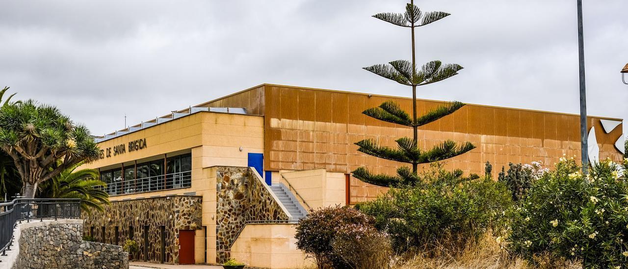 Pabellón de Los Olivos junto al que se va a construir otro para conformar con el campo de fútbol y la pista de tenis la ciudad deportiva de Santa Brígida.