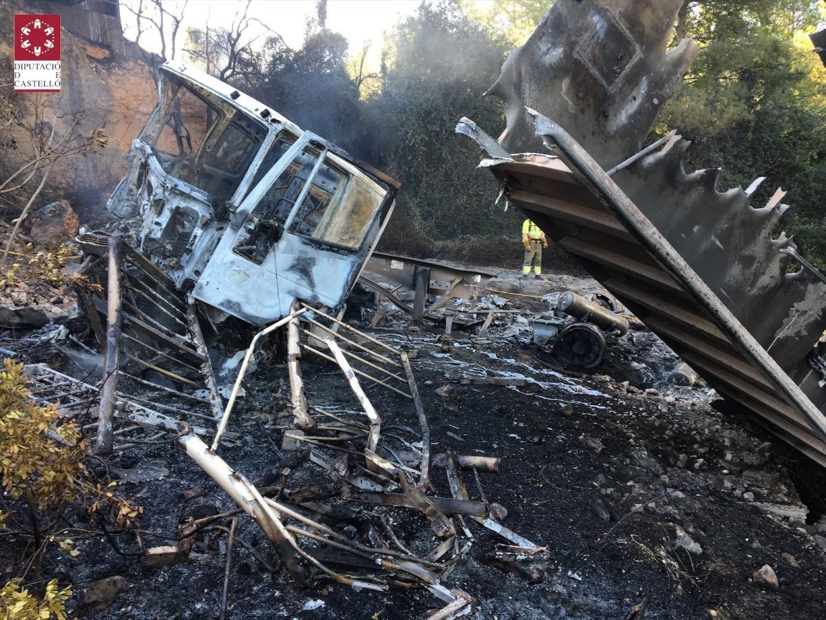 Incendio tras caer un camión por un barranco en l'Alcora