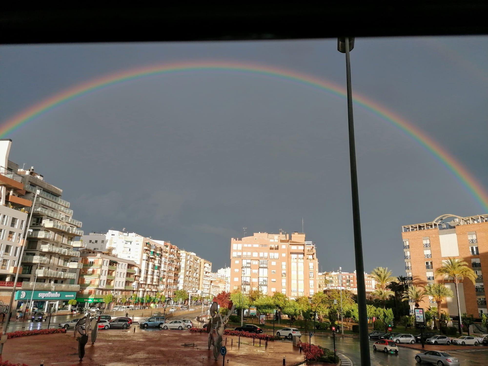 El espectacular arcoíris que ha surcado el cielo de Murcia esta tarde