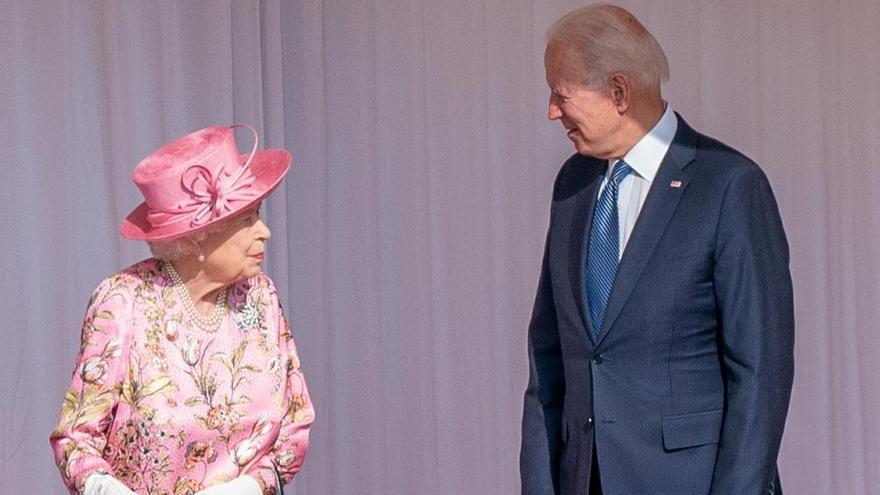 Biden y su mujer se reúnen con la reina Isabel II en Windsor para tomar el té