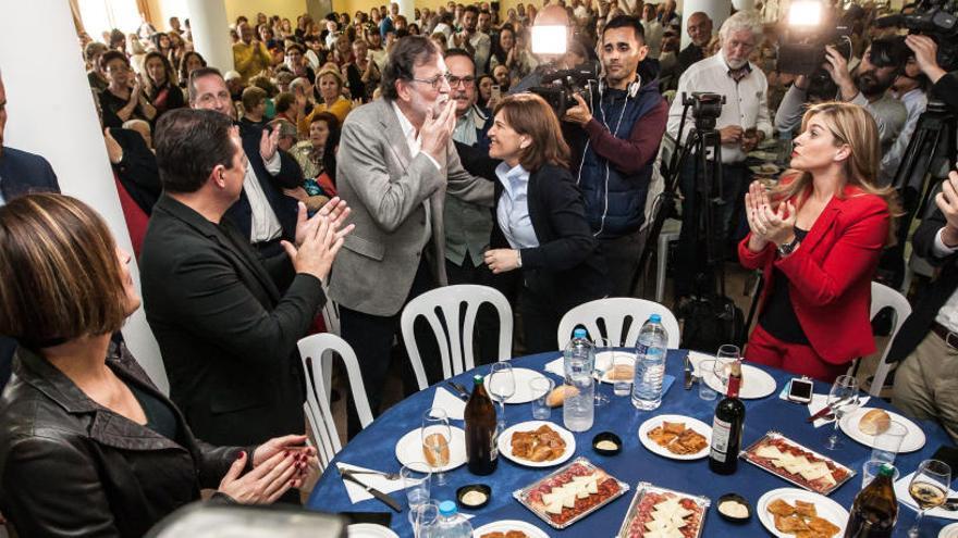 Rajoy le saca tarjeta a Casado