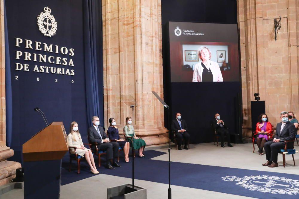 Las autoridades escuchan el mensaje en la pantalla de la premiada Ingrid Daubechies.