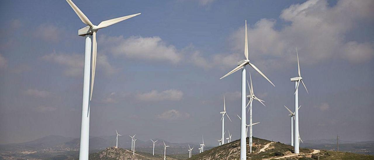 Aerogeneradores en el parque eólico de Buñol.
