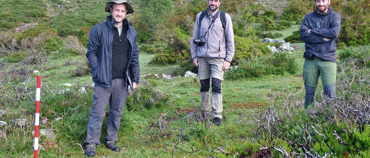 Por la izquierda, David García, Andrés Menéndez y Agustín Sánchez, en la zona de las excavaciones. | D. Álvarez