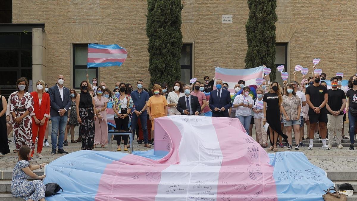 La bandera trans ondea en las Cortes de Aragón.
