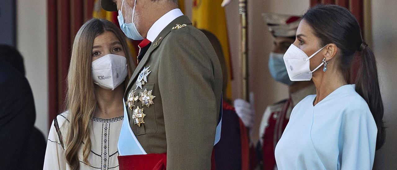 La Infanta Sofía habla con el Rey en presencia de la Reina Letizia, ayer en Madrid, en el desfile del Día de la Hispanidad.   Efe