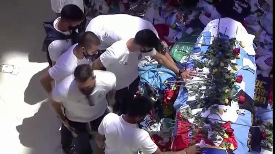 Excompañeros de Maradona se despiden del astro argentino en la Casa Rosada