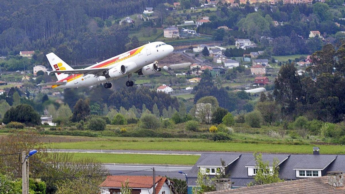 Avión despegando en el aeropuerto de Alvedro.     // VÍCTOR ECHAVE