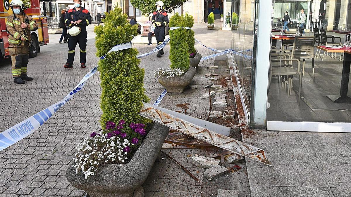 Terraza de la plaza de María Pita en la que cayó el friso decorativo el día 27 de mayo. |   // CARLOS PARDELLAS