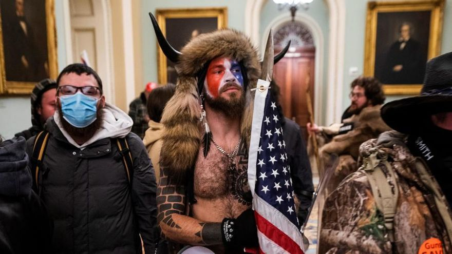 Who is Jake Angeli, the man from QAnon with bison horns who 'presided over' the Capitol - Digis Mak