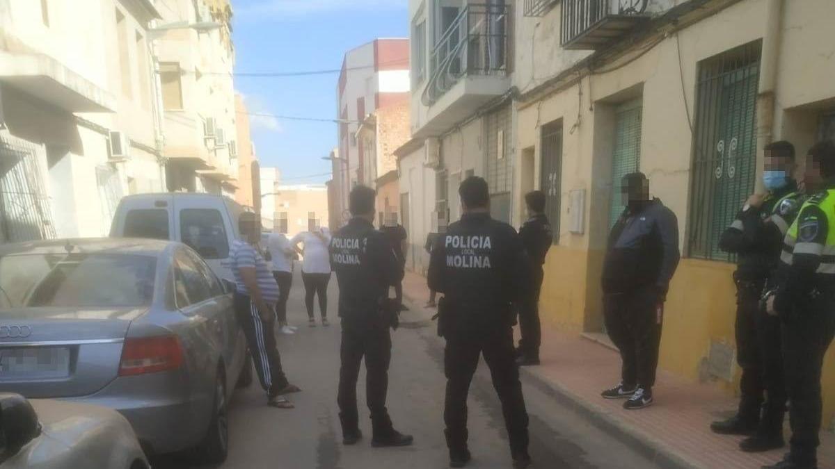 Agentes intervienen en la fiesta de la calle Alfonso X.