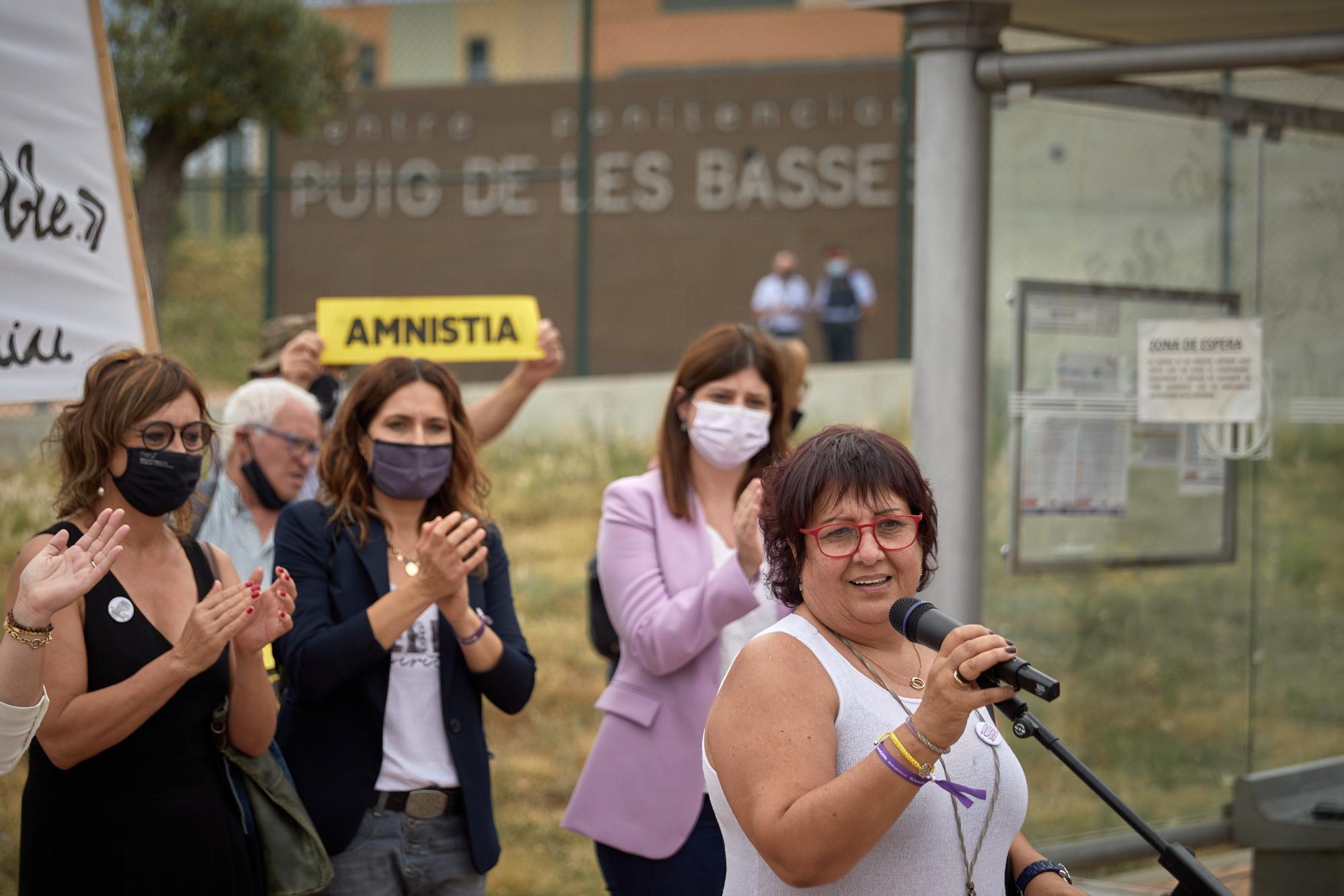 Dolors Bassa surt de la presó de Figueres