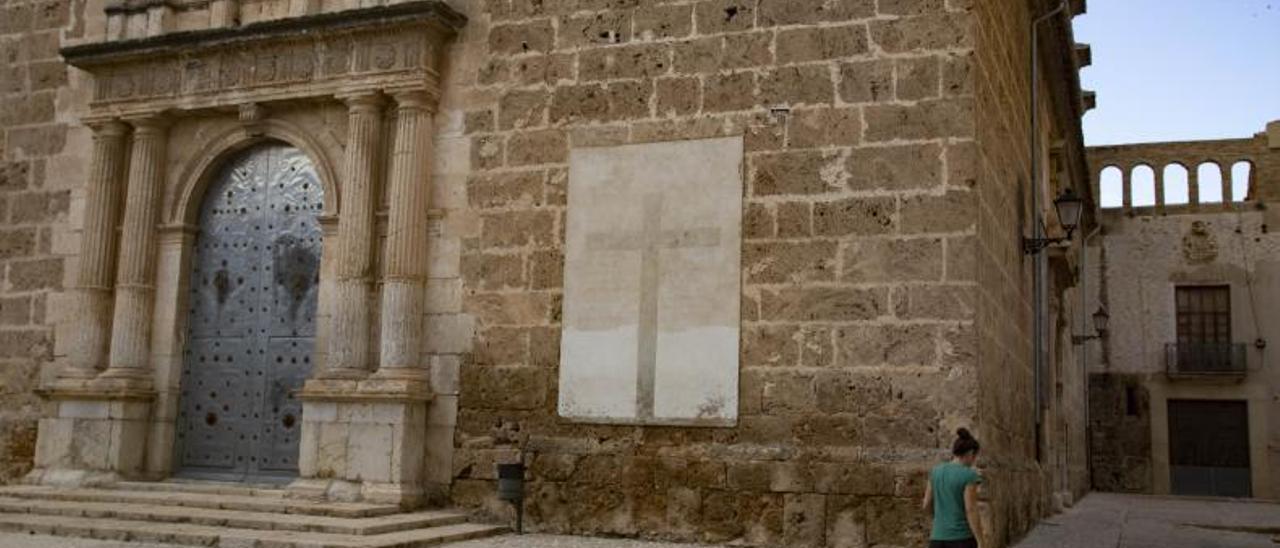 La cruz con los nombres de Franco y Primo de Rivera en la iglesia de Albaida.  | PERALES IBORRA