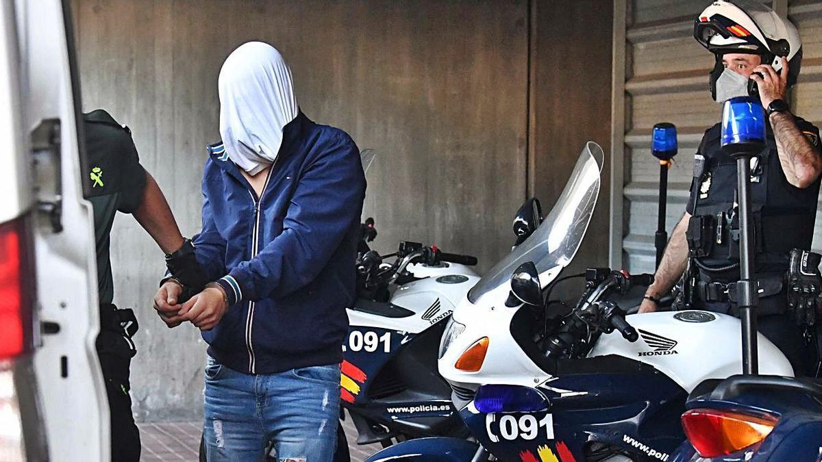 Uno de los detenidos por el crimen de Samuel, a la salida del Juzgado.     // VÍCTOR ECHAVE