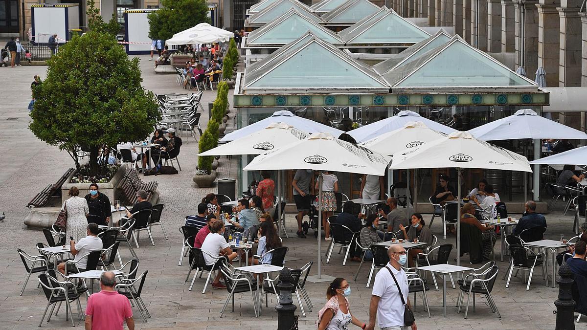 Terrazas de hostelería abiertas el pasado mes de agosto en la plaza de María Pita. |   // CARLOS PARDELLAS
