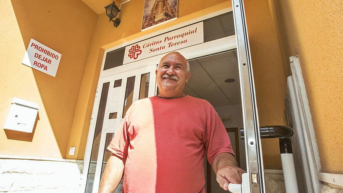 José Antonio lleva dos años colaborando en la sede de Cáritas de El Campello.
