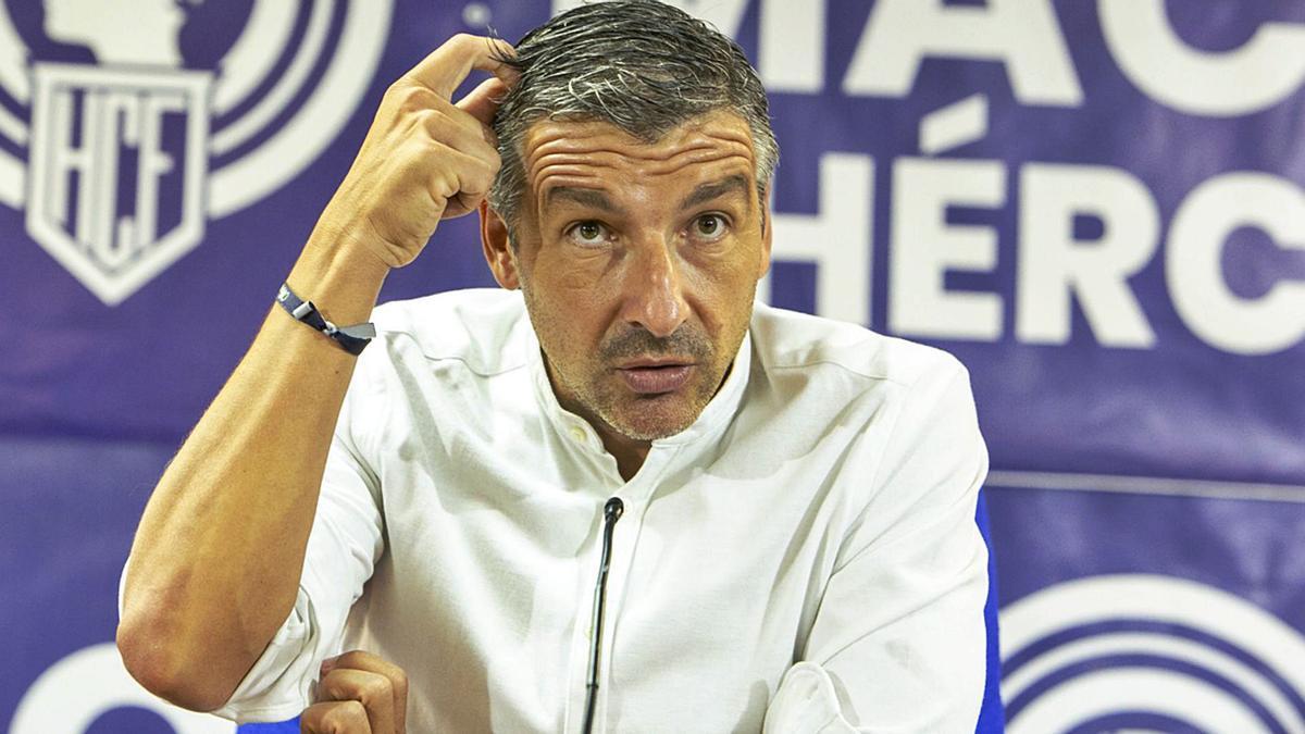 Cubillo, técnico del Hércules, en la sala de prensa del Rico Pérez.
