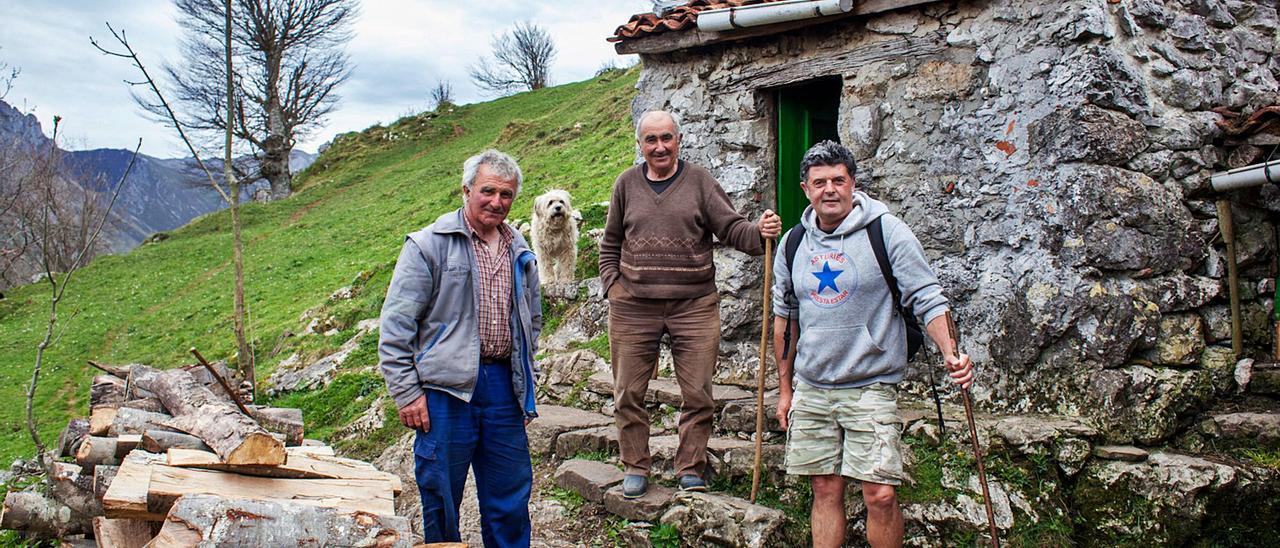 Por la izquierda, Manolo Mier, su hermano Fernando y el director Samu Fuentes, en la cabaña de las brañas invernales de Vierru (Cabrales). | Álvaro Fuente