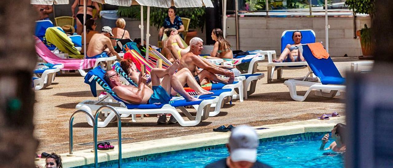 Turistas británicos en la piscina de un hotel de Benidorm, ayer.   DAVID REVENGA