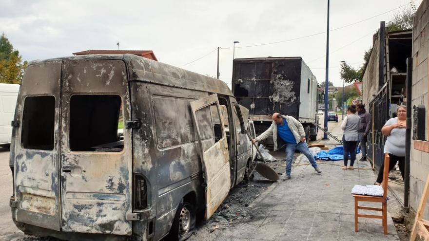 """Un fuego calcina dos furgonetas y daña el camión de unos feriantes: """"Eran nuestro medio de vida"""""""