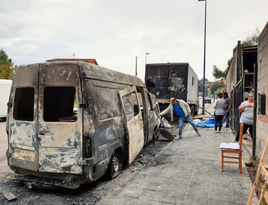Las furgonetas de los feriantes calcinadas y el camión dañado. // Marta G. Brea