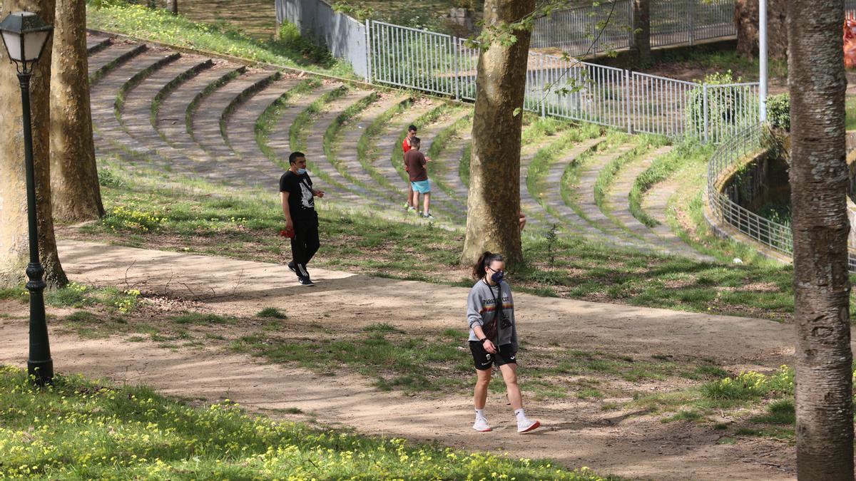 Vigueses pasean por el parque de Castrelos