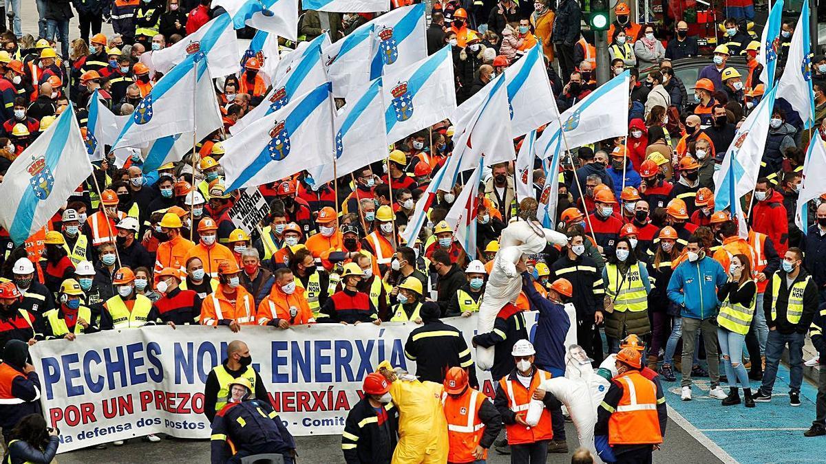 Protesta de trabajadores de Alcoa contra los despidos el pasado mes de octubre. |   // ELISEO TRIGO