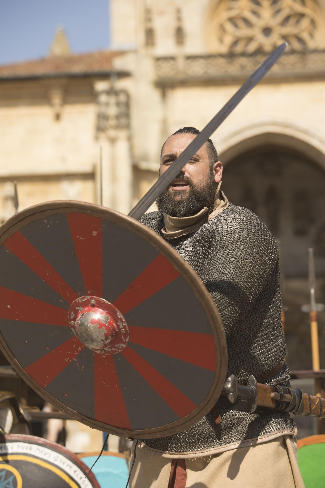 Duelo de espadas a los pies de la Catedral de Oviedo