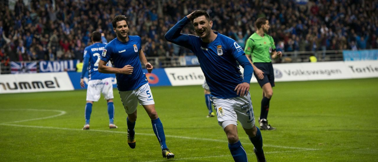 Borja Valle celebra un gol en el Tartiere