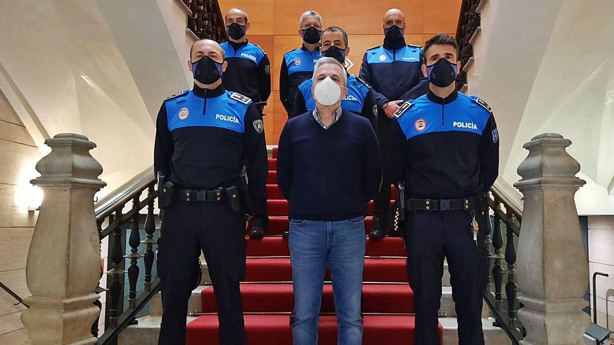 El concejal de Policía Local, José Luis Fernández, en el centro, junto a los nuevos agentes y mandos.