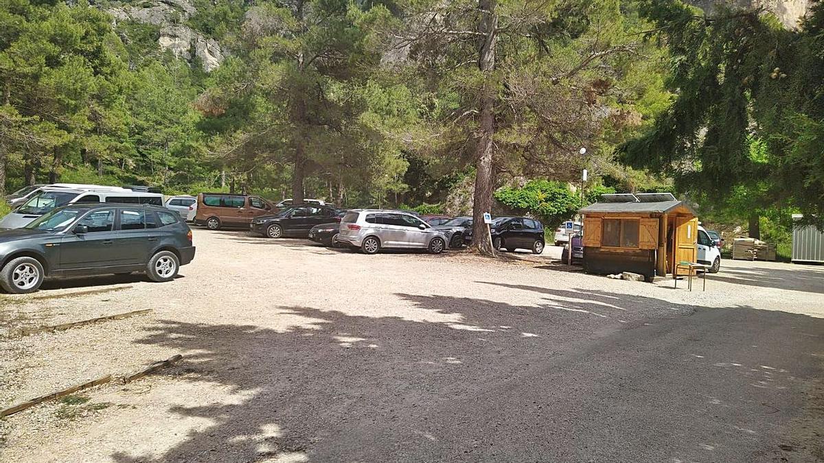 33 El párking de El Parrizal, situado a siete kilómetros de Beceite, tiene un coste de diez euros por vehículo. | EL PERIÓDICO