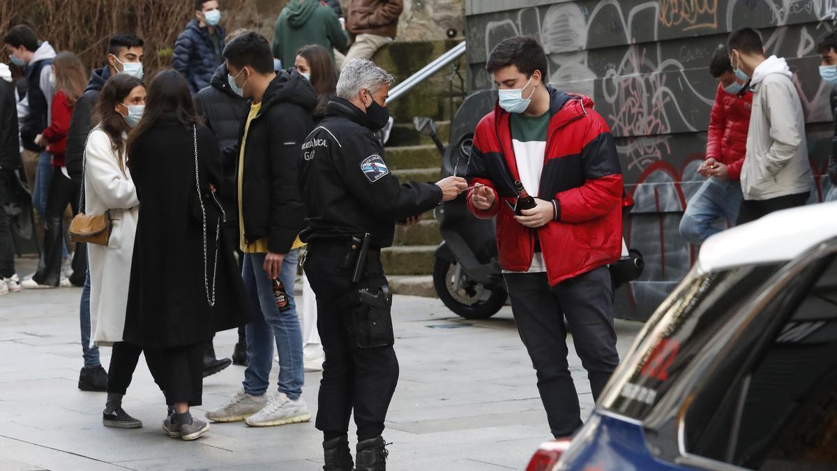 Controles policiales en la calle Teófilo Llorente, en Vigo.