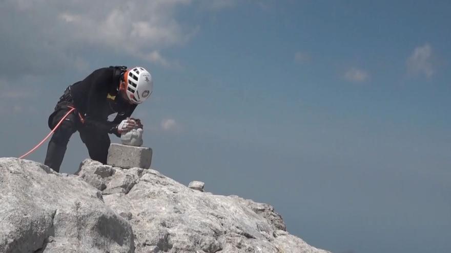 """El deportista y paciente de ELA Miguel Ángel Roldan grita desde la cima del Urriellu para visibilizar la enfermedad: """"¡Vamos!"""""""
