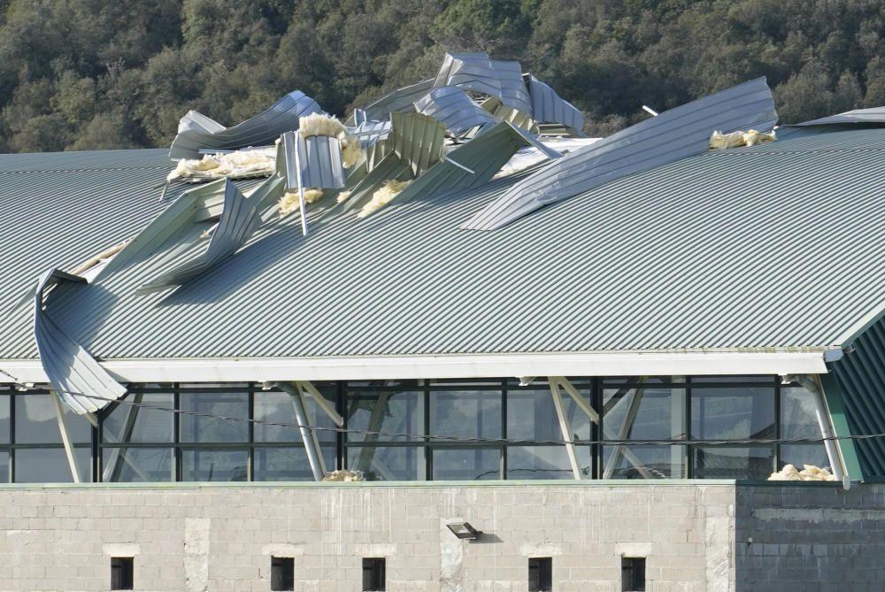 El vent arrenca part del teulat del pavelló de Canet d'Adri