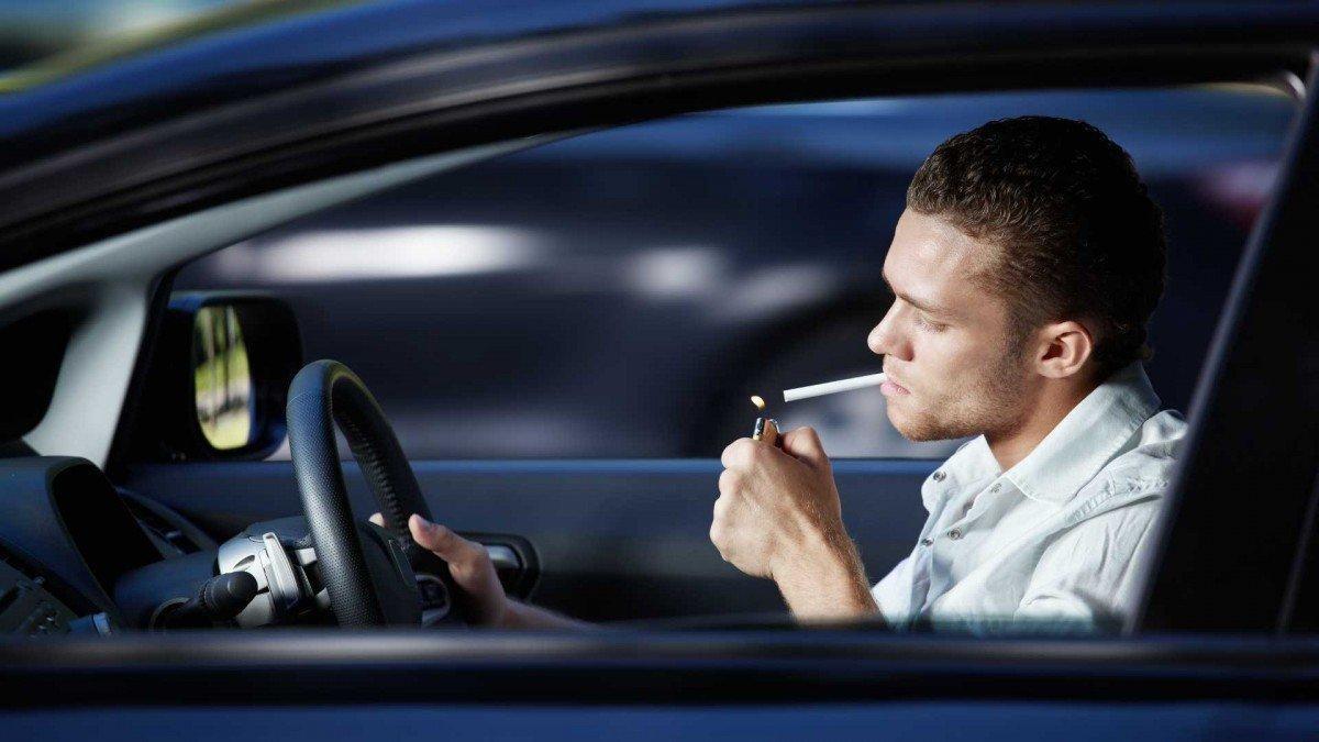 ¿Está prohibido fumar en el coche con el coronavirus?