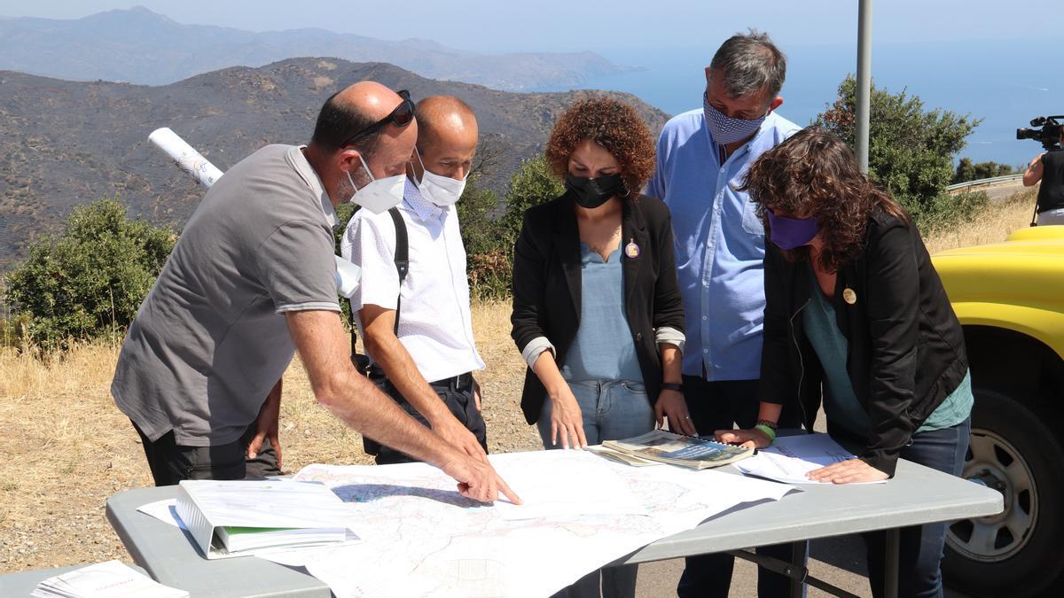 Tècnics i polítics consultant l'afectació de l'incendi del Cap de Creus amb les muntanyes de fons cremades