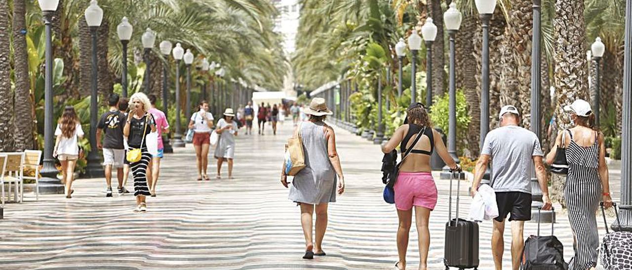 El descontrol del covid y el aumento de las restricciones frenan las reservas turísticas