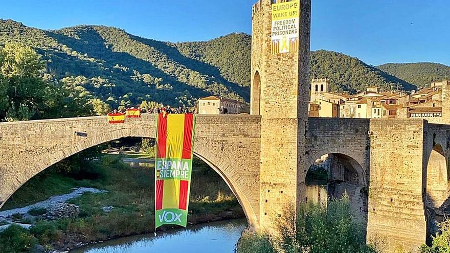 Vox desplega una gran bandera espanyola al pont medieval a Besalú