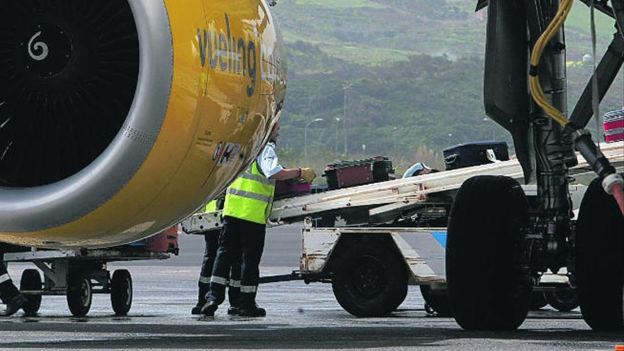 Vueling entra a competir con Binter en las rutas a África desde las Islas