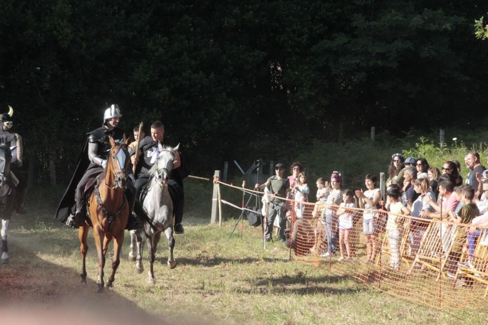 Moaña viaja a la Edad Media: justas con caballos y fuego por las calles. // Santos Álvarez