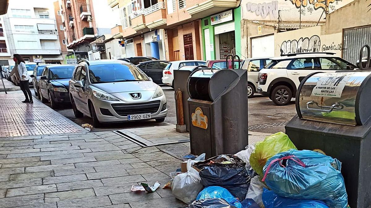 Aspecto de los contenedores soterrados clausurados sin uso en la calle Caballero de Rodas.