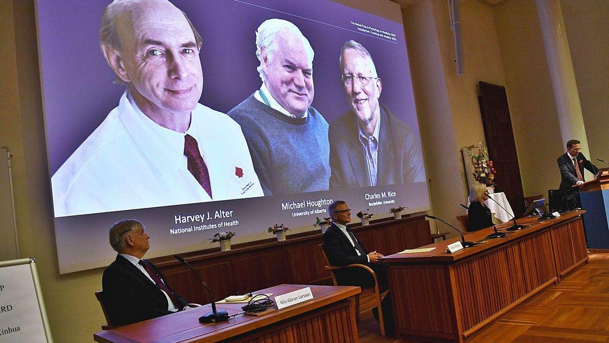 Representantes del Instituto Karolinska, ayer, durante la lectura del fallo. En la pantalla, por la izquierda, Alter, Houghton y Rice.