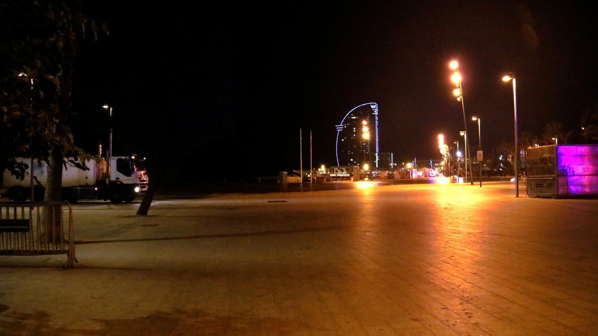 La plaça del Mar, a la Barceloneta, buida després del toc de queda nocturn